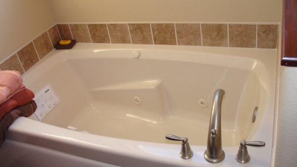 Riverwood in Detroit Lakes, bathtub